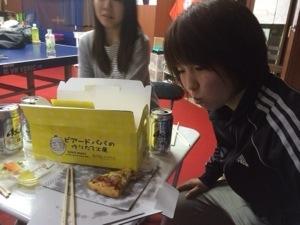 ピザの上にシュークリームの箱が!笑