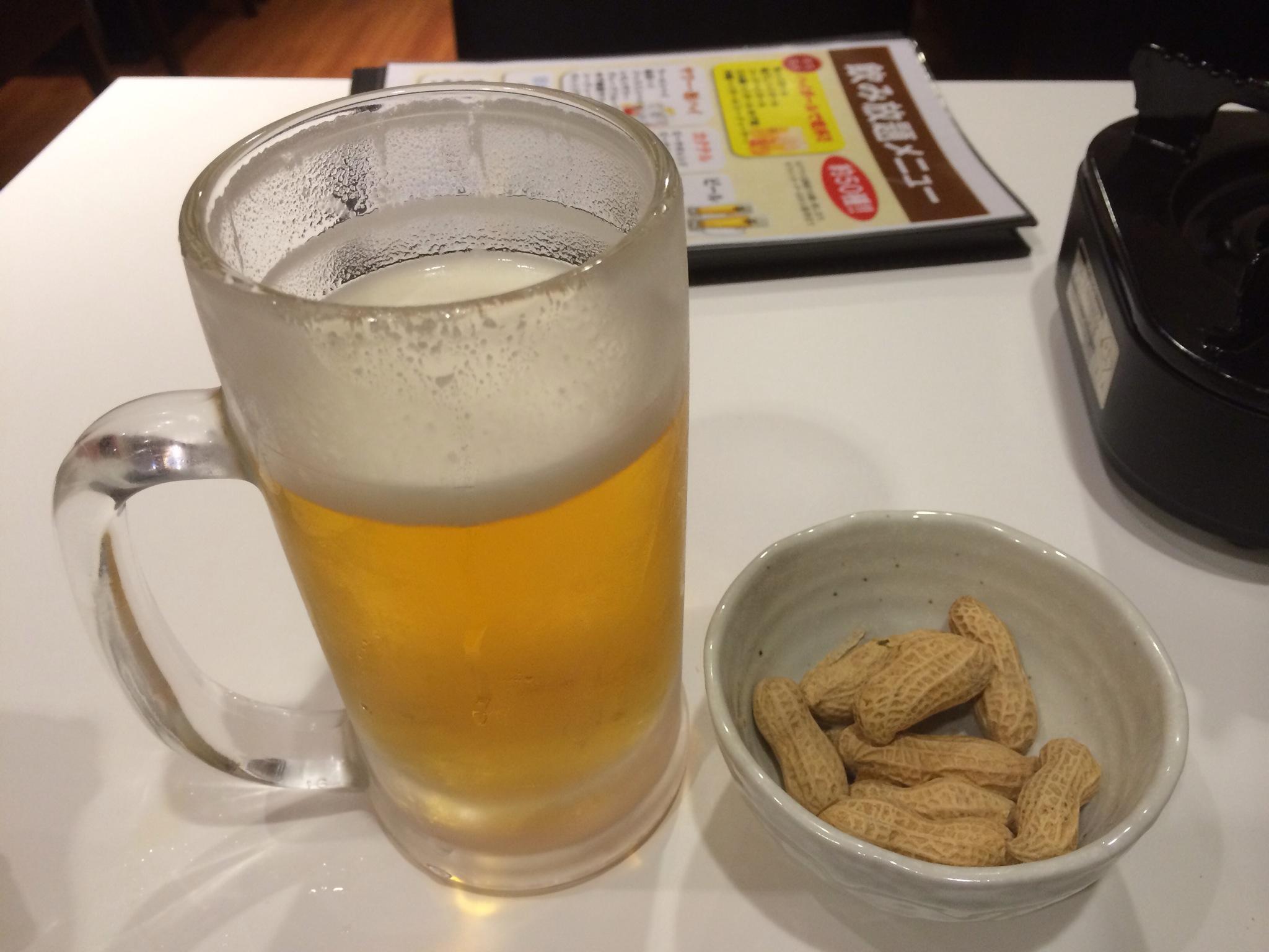 ビール(プレミアムモルツ)とお通しの落花生!