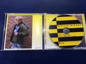 CDがミツバチっぽくておしゃれです!