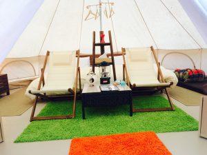 テントの中はこんな感じです☆椅子の後ろはベットになっています\(^o^)/