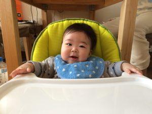 もうそろそろ離乳食始めます!初めてのテーブルに興奮!