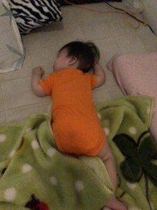 最近寝返りをよくするようになりました!寝るときは注意ですね!