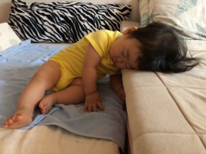 ベッド移動後、マットレスと布団の段さで寝てました!笑
