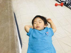 寝るときはだいたい手が上に上がっています!笑