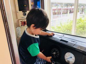 電車の運転席にも侵入できます!ドアの開閉、マイク?で車掌になりきりも!