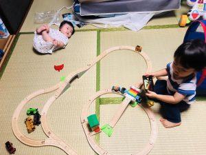 電車の写真を撮るかなた!を見つめるこはる!