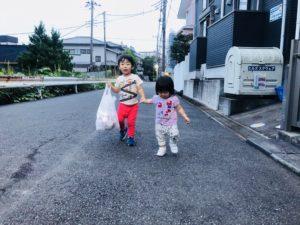 仲良しで手をつないで公園まで!(*^_^*)