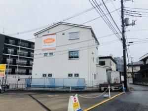 お隣はレンタカー屋さんと朝日新聞です!