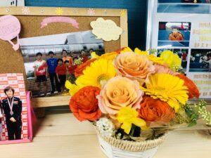 ジュニア教室OBからお花をいただきました!ありがとうございます!川崎卓球ジムカラー!